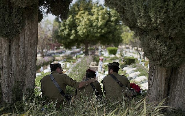 Des soldats israéliens se rendent au cimetière militaire de Kiryat Shaul à la veille de Yom HaZikaron, à Tel Aviv, le 17 avril 2018. (AP Photo/Oded Balilty)