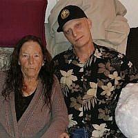 Sur cette photo transmise par l'avocat Mark Zaid, Michael R. White, à droite, pose à côté de sa mère, Joanne White, à gauche, en 2018. (Crédit : Famille White via  AP)