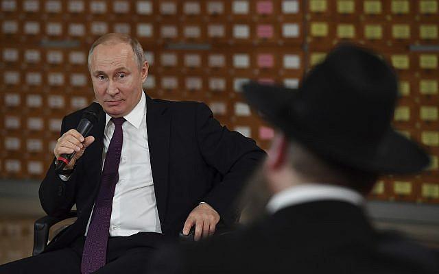 Le président russe Vladimir Poutine, au centre, s'exprime lors d'une rencontre avec des résidents locaux à  Simferopol, en Crimée, le 18 mars 2019 (Crédit : Yuri Kadobnov/Pool Photo via AP)