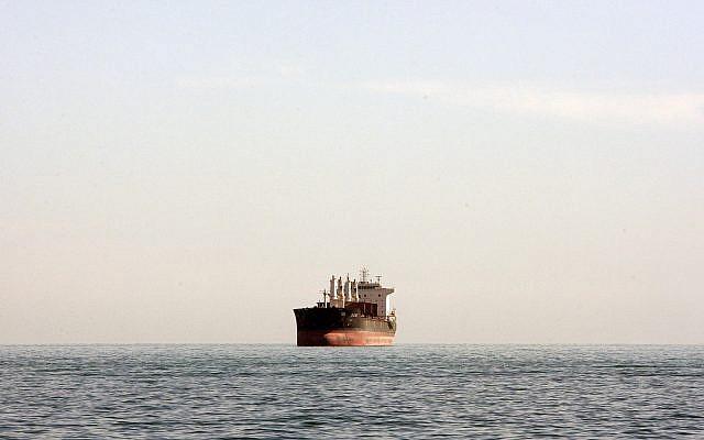 Un cargo sur la mer entre le port iranien de Bandar Abbas et l'île Qeshm dans une voie d'eau stratégique du Golfe persique, le 23 décembre 2011 (Crédit :AP Photo/Vahid Salemi)