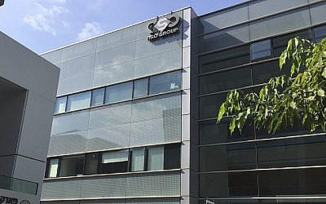 Le logo de l'entreprise israélienne NSO Group sur un bâtiment où se trouvaient les bureaux de l'entreprise jusqu'à 2016 à  Herzliya. (Crédit : AP Photo/Daniella Cheslow)