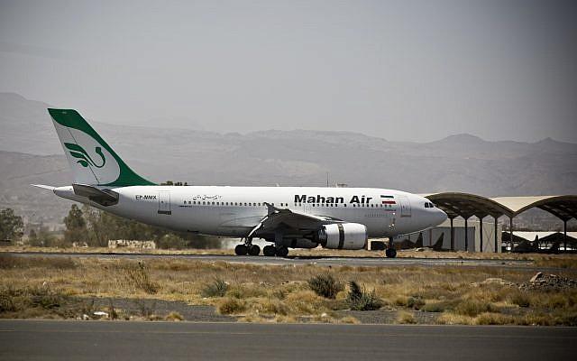 Un avion du transporteur aérien privé Mahan Air sur le tarmac de l'aéroport de Sanaaa, au Yémen. Photo d'illustration (Crédit : Hani Mohammed/AP)