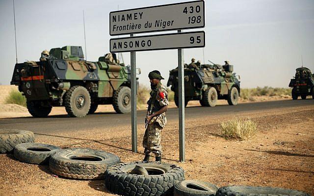 Illustration : des véhicules blindés français à la frontière du Niger, avant d'entrer au Mali., en février 2013. (Crédit : AP/Jerome Delay, Archive)