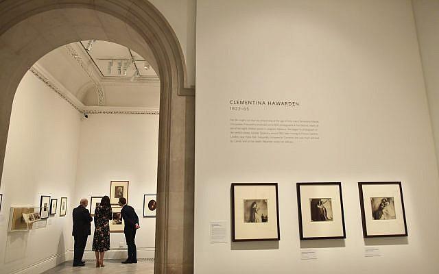 Un exposition du musée National Portrait Gallery dans le centre de Londres, février 2018, (Crédit : Ben Stansall/Pool via AP)