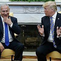 Le président américain Donald Trump (à droite) rencontre le Premier ministre israélien Benjamin Netanyahu dans le bureau ovale de la Maison Blanche, le 5 mars 2018. (AP Photo/Evan Vucci)