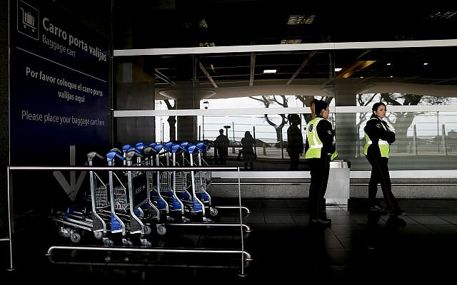 Des policiers à l'extérieur de l'aéroport de Buenos Aires, en Argentine, le mardi 25 septembre 2018. (AP/Natacha Pisarenko)