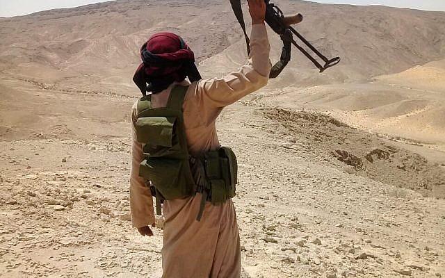 Un bédouin de la tirbue de Tahaya durant une opération de l'armée égyptienne dans la péninsule du Sinai contre les djihadistes/ Photo non datée. (AP)