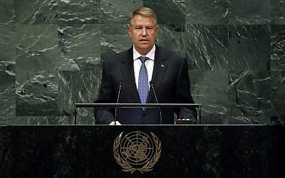 Le président de la Roumanie Klaus Werner Iohannis lors de la 73e session de l'Assemblée générale des Nations unies au siège de l'ONU, à New York, le 26 septembre 2018. (Crédit : Richard Drew/AP)
