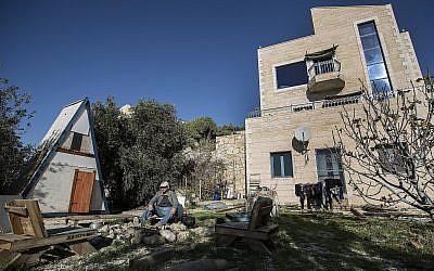 Sur cette photo prise le 17 janvier 2016,  Moshe Gordon pose aux abords de sa maison d'hôtes dont il fait la publicité sur le site star de partage Airbnb dans l'implantation de Nofei Prat, en Cisjordanie (Crédit :  AP Photo/Tsafrir Abayov, File)