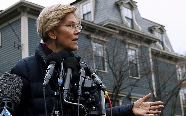 La sénatrice Elizabeth Warren, Démocrate du Massachusetts, aux abords de son domicile à Cambridge, dans le Massachusetts, le 31 décembre 2018 (Crédit : AP Photo/Bill Sikes)