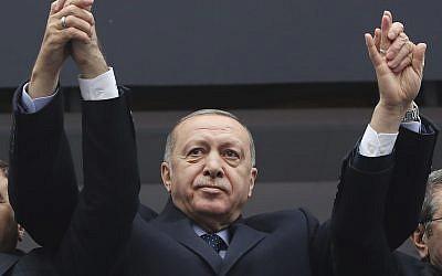 Le président turc Recep Tayyip Erdogan salue ses partisans durant un rassemblement, le 26 février 2019 (Crédit :  Service de presse présidentiel via AP, Pool)