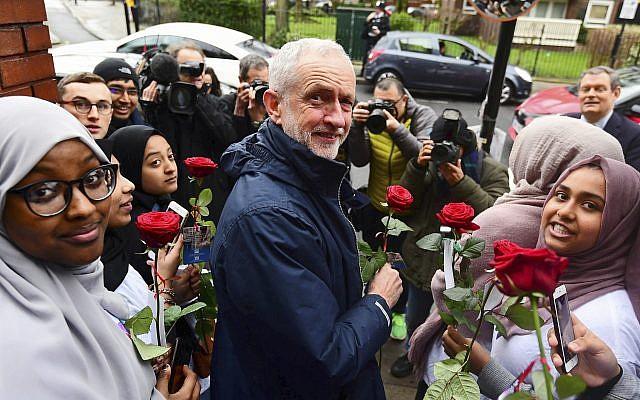 Jeremy Corbyn à la mosquée de Finsbury Park dans le nord de Londres, lors des portes ouvertes annuelles du lieu de culte, le 3 mars 2019. (Crédit : Victoria Jones/PA via AP)