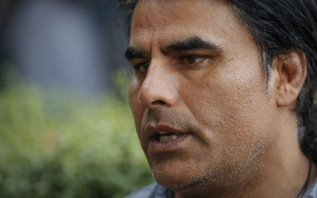 Abdul Aziz, survivant de la fusillade survenue dans des mosquées en Nouvelle-Zélande, lors d'une interview avec l'AP, à Christchurch, le 16 mars 2019 (Crédit : AP Photo/Vincent Thian)