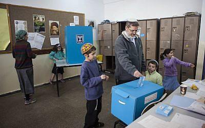 Un Israélien vote dans l'implantation d'Efrat, le 17 mars 2015. (AP Photo/Dan Balilty)