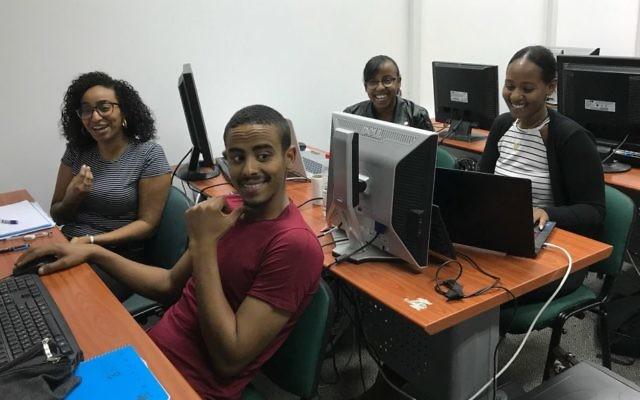 Des étudiants de Tech-Career qui cherchent à intégrer des start-up en Israël  (Shoshanna Solomon/Times of Israel)