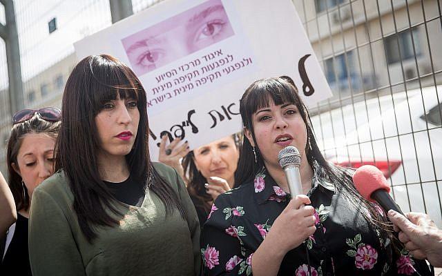 Les soeurs australiennes Nicole Meyer, à gauche, et Dassi Erlich (à droite) participent à une manifestation le 13 mars 2019 devant le tribunal de Jérusalem lors de l'audience d'extradition de Malka Leifer, un ancien principal de l'école pour filles recherché pour abus sexuels en Australie. (Yonatan Sindel/Flash90)