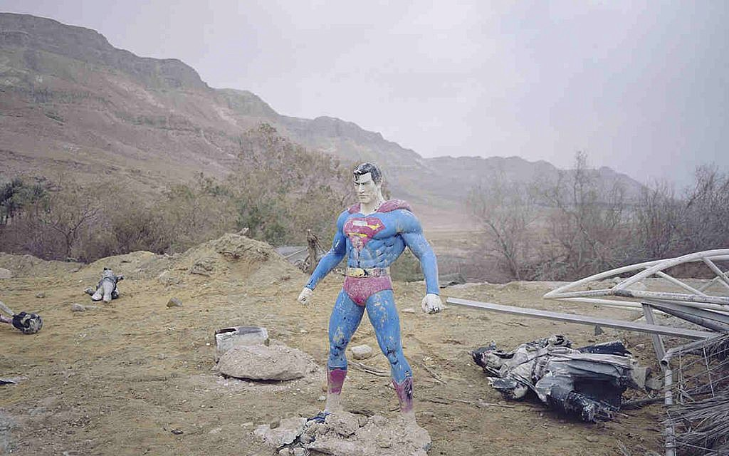 Superman, issue de la série « Cache-cache », Mer Morte, 2017. © Oded Balilty / Courtesy CLAIRbyKahn