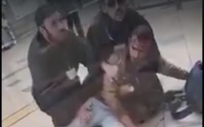 Un soldat bédouin immobilisé par deux gardiens de sécurité dans une gare de Beer Sheva après qu'il a refusé de montrer ses papiers , le 3 mars 2019 (Capture d'écran : Facebook)