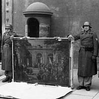 """Rome, Italie, le 4 janvier 1944. Des soldats allemands de la division """"Hermann Göring"""" posent près de l'entrée principale du Palazzo Venezia, exhibant une photographie volée dans la galerie de photos du Musée national de Naples (aujourd'hui le Museo di Capodimonte) avant la libération de la ville, lors d'une cérémonie de propagande. La photo présentée est de Giovanni Paolo Pannini et représente Carlo III de Borbone visitant le pape Benoît XIV à Rome"""" (Museo di Capodimonte)."""