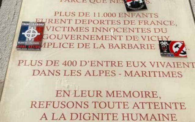 Une plaque du lycée Calmette, à Nice, en hommage aux élèves déportés, a été recouverte d'autocollants nationalistes, ce mercredi 13 mars 2019. (Crédit photo : Twitter)