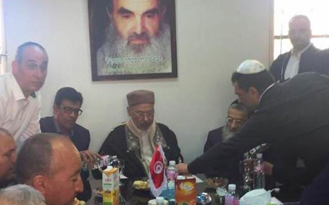 Rached Ghannouchi (au centre), chef du mouvement islamiste Ennahdha, en compagnie du grand-rabbin de Tunisie Haïm Bittan (assis, à droite). (Crédit photo : Aaron Mazuz/Facebook)