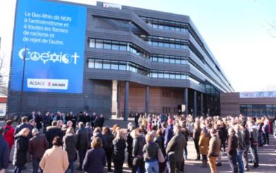 Frédéric Bierry, président du Conseil départemental du Bas-Rhin, devant une centaine de personnes rassemblées devant l'hôtel du département à Strasbourg (Crédit : Frédéric Bierry/Twitter)