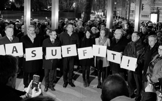 Ce mardi soir, plusieurs centaines de personnes étaient rassemblées afin de dénoncer la montée du phénomène dans la ville. (Crédit photo : capture d'écran Enzo Favaro/Twitter)