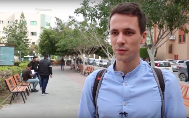 L'étudiant italien Riccardo Corradini, en échange Erasmus à l'Université islamique de Gaza. (Crédit photo : Capture d'écran YouTube/Università di Siena)