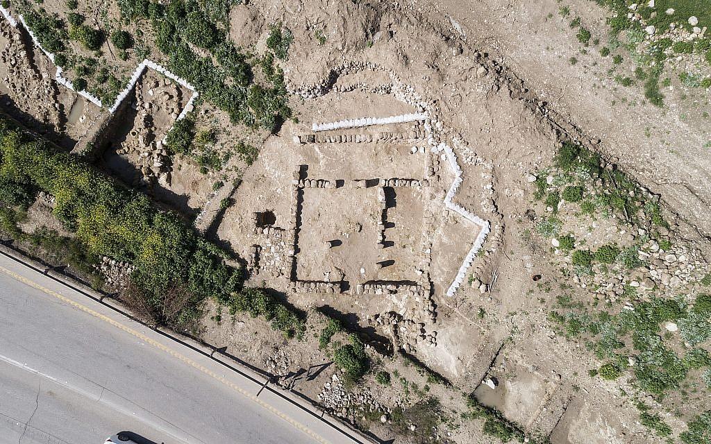 Vue aérienne d'une structure impressionnante de quatre pièces datant de l'ère biblique découverte pendant des fouilles sauvages à Tel Beit Shemesh.  (Autorisation : Autorité israélienne des Antiquités, photographie : Tal Rogovsky)