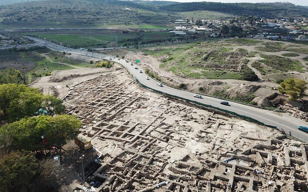 Un vaste périmètre industriel consacré à l'huile d'olive et construit au 7ème siècle avant l'ère commune découvert durant des fouilles à Tel Beit Shemesh. (Autorisation : Autorité israélienne des Antiquités, photographie : Tal Rogovsky)