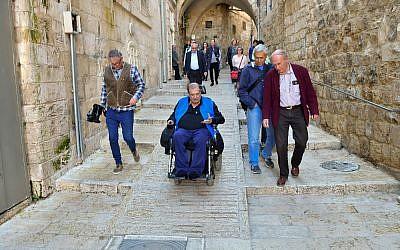 Un utilisateur de fauteuil roulant expérimente les rues désormais adaptées aux fauteuils roulants dans la Vieille ville de Jérusalem, dans le cadre d'un projet de 20 million de shekels (5 millions d'euros) s'étendant dans quatre kilomètres de rues de la Vieille ville (Crédit : autorisation de la municipaité de Jérusalem)