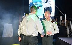Le général Rafi Milo, commandant de la 91ème division de Galilée (à droite), remet une récompense au major Y du corps d'ingénierie pour son action dans l'opération Bouclier du nord. (Crédit : Tsahal)