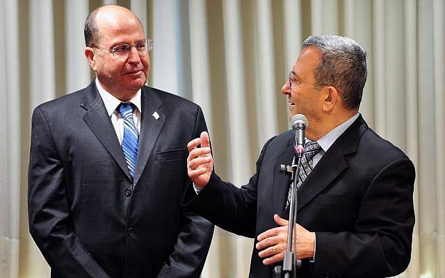 Moshe Yaalon (à gauche) et Ehud Barak au siège du ministère de la Défense à Tel Aviv, le 19 mars 2013. (Ariel Hermoni/Ministère de la Défense/Flash90)