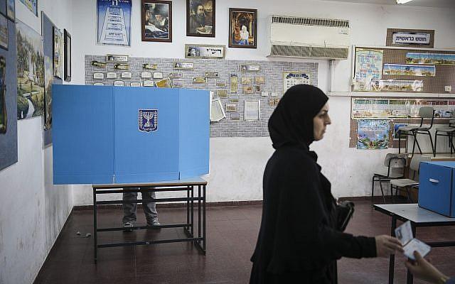 Des citoyens arabes-israéliens se rendent aux urnes dans un bureau de vote à Ramla le jour des élections pour la 20e Knesset, le 17 mars 2015. (Hadas Parush/Flash90)