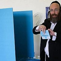 Un ultra-orthodoxe vote dans un bureau de vote de l'implantation de Beitar Illit lors des élections générales israéliennes de la 20e Knesset, le 17 mars 2015. (Crédit photo : Nati Shohat/Flash90)