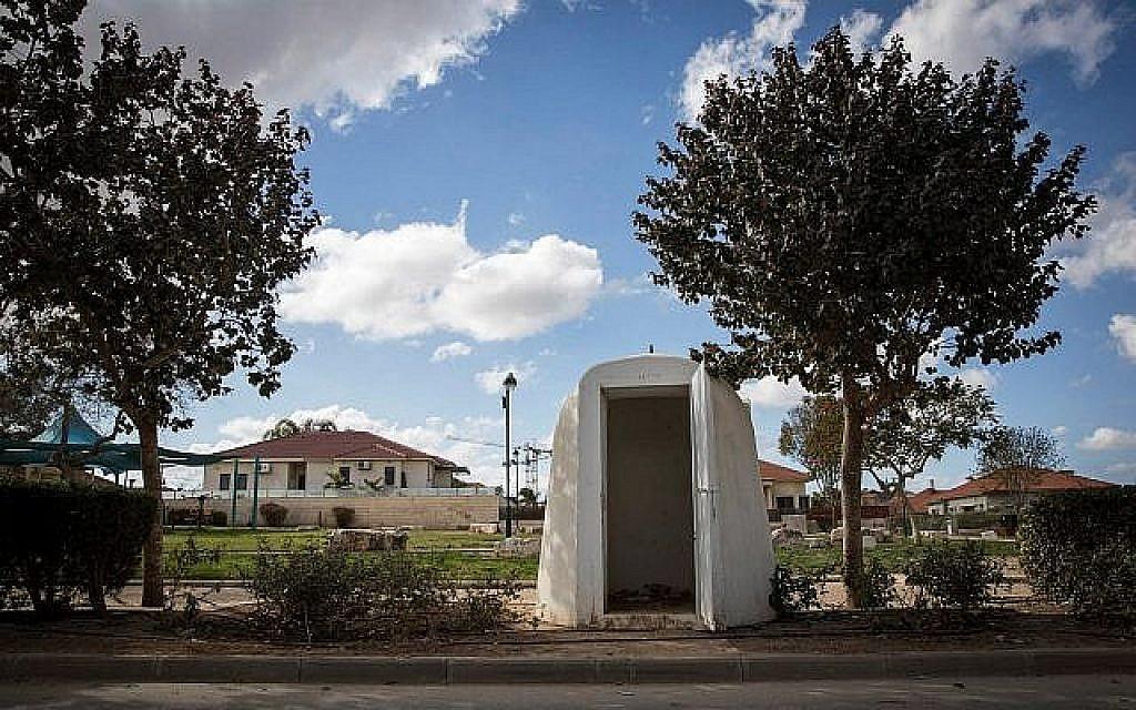 Un abri anti-aérien dans la ville de Netivot, au sud d'Israël, en janvier 2017 (Crédit : Nati Shohat/Flash90)
