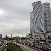 Les voies ferrées et l'autoroute Ayalon dans le centre de Tel Aviv, avec les tours Azrieli en toile de fond, le 18 décembre 2017. (Miriam Alster/Flash90)