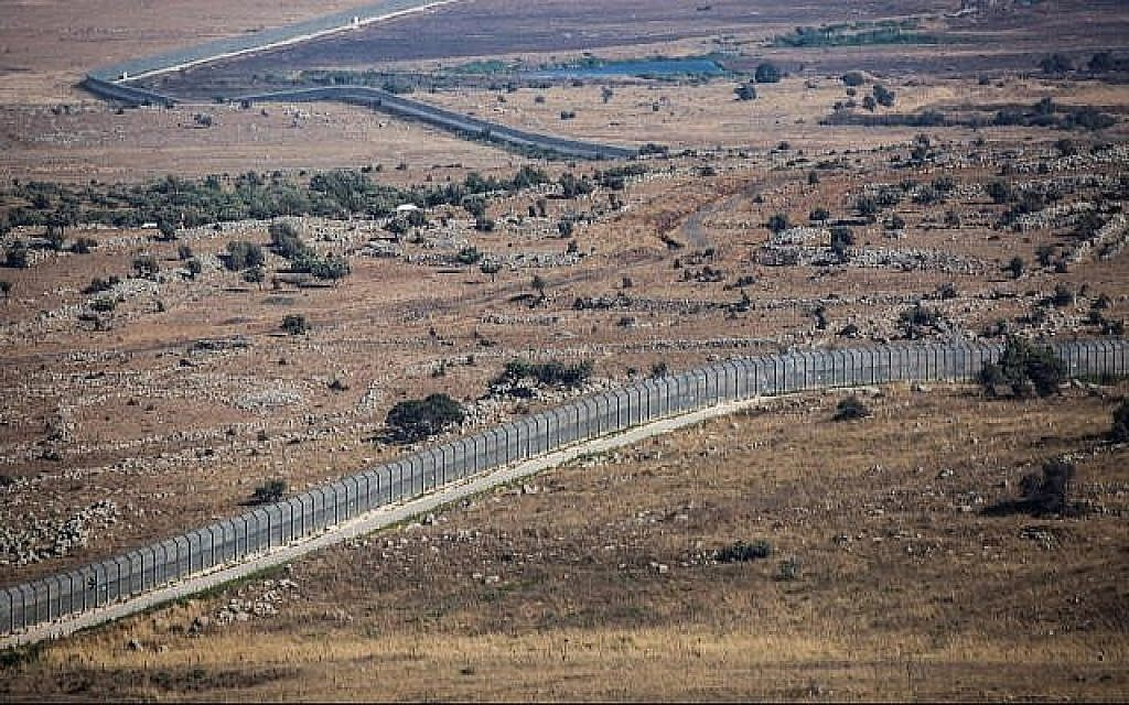 Vue de la clôture frontalière avec la Syrie du côté israélien du plateau du Golan, le 23 juillet 2018 (Crédit :David Cohen/Flash90)