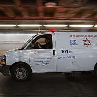 Une ambulance du Magen David Adom devant l'hôpital Shaaré Tzedek, à Jérusalem, le 13 décembre 2018. (Crédit : Noam Revkin Fenton/Flash90)