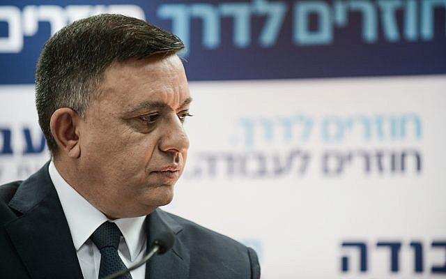 Avi Gabbay, leader du parti Travailliste, lors d'une conférence de presse à Tel Aviv, le 13 février 2019 (Crédit : Tomer Neuberg/Flash90)