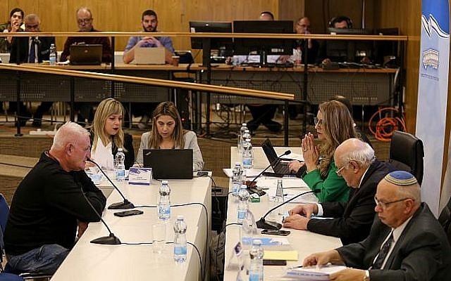 Des partis sont enregistrés à la commission centrale électorale de la Knesset, où les partis politiques qui se présentent aux prochaines élections israéliennes arrivent pour présenter leurs listes de partis, le 21 février 2019. (Yonatan Sindel/Flash90)