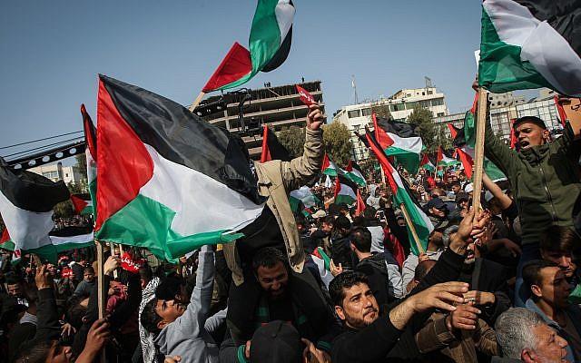 Photo d'illustration : Des manifestants palestiniens lors d'un rassemblement à Gaza City, le 24 février 2019 (Crédit : Abed Rahim Khatib/ Flash90)