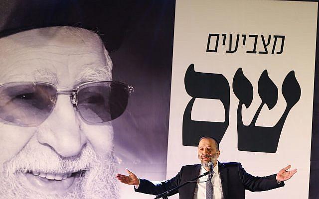 Aryeh Deri pendant une conférence du parti Shas à Ashdod, au sud d'Israël, le 5 mars 2019 (Crédit : Flash90)