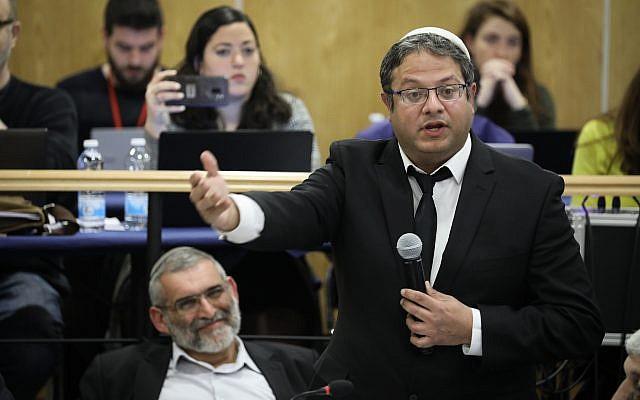 Des membres du parti extrémiste Otzma Yehudit, le président Michael Ben-Ari, (à gauche), et le numéro deux Itamar Ben Gvir, (à droite), assistent à une réunion de la commission centrale électorale le 6 mars 2019 pour discuter des appels demandant la destitution de Ben-Ari aux élections à la Knesset en avril. (Noam Revkin Fenton/Flash90)