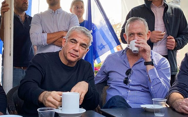 Benny Gantz (à droite) et Yair Lapid du parti Kakhol lavan visitent un centre commercial dans la ville d'Ashdod, au sud d'Israël, le 8 mars 2019. (Flash90)