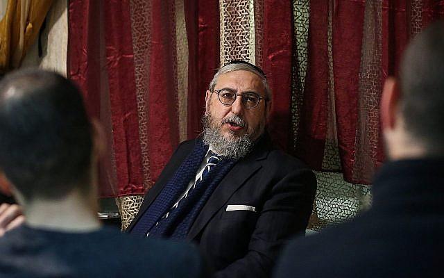 Le numéro deux du parti Zehut, le rabbin Haim Amsalem, s'adresse aux électeurs potentiels à Safed, le 9 mars 2019. (David Cohen/Flash90)