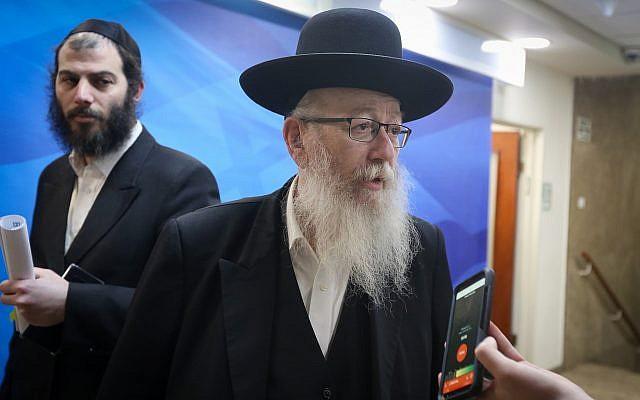 Le vice-ministre de la Santé Yaakov Litzman  arrive lors de la réunion hebdomadaire du cabinet au bureau du Premier ministre à Jérusalem, le 10 mars 2019 (Crédit : Marc Israel Sellem/POOL)