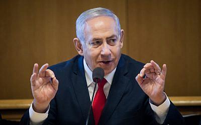 Le Premier ministre Bejamin Netanyahu lors de la signature d'un accord portant sur la construction de nouveaux appartements à Jérusalem, le 11 mars 2019 (Crédit : Aharon Krohn/Flash90)