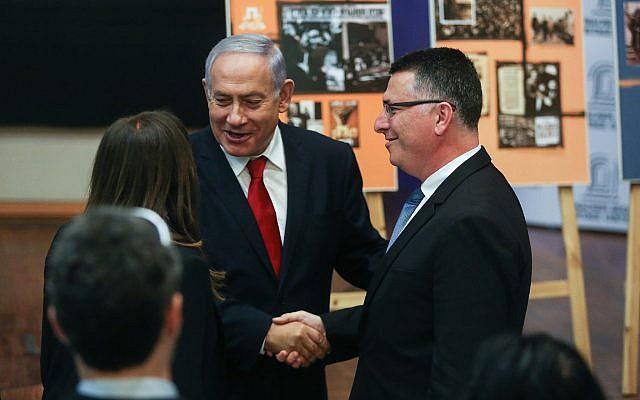 Le Premier ministre Benjamin Netanyahu serre la main de Gideon Saar (à droite) à son arrivée au Menachem Begin Heritage Center à Jérusalem, le 11 mars 2019. (Crédit : Yonatan Sindel/Flash90)