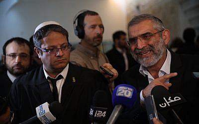 Michael Ben-Ari (à droite) et Itamar Ben Gvir, membres du parti Otzma Yehudit, s'adressent aux médias après une audience de la Cour suprême sur la question de savoir s'ils doivent être disqualifiés pour les prochaines élections, le 14 mars 2019. (Hadas Parush/Flash90)